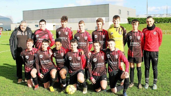 Les U17 avant le coup d'envoi contre Le Folgoet avec leurs coaches Kévin Andréo (à droite) et Nicolas Kerautret (à gauche)